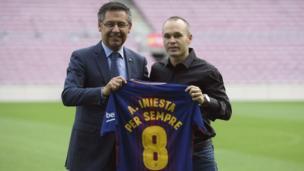 """Andrés Iniesta prolonge """" à vie """" au FC Barcelone. Le nouveau contrat courra jusqu'à la retraite sportive du capitaine catalan."""