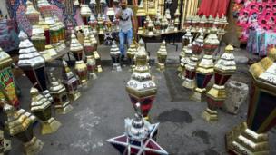 تاجر مصري يبيع فوانيس