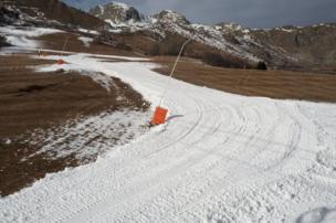 صورة لتجريف الثلج من أجل تهيئة مضمار التزلج.