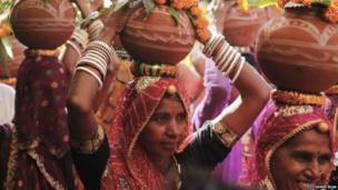 पुष्कर हे भारतातील सर्वात जुन्या शहरांपैकी एक आहे. या शहरात शेकडोंच्या संख्येने मंदिरं आहेत. कलश यात्रेदरम्यान हिंदू महिला डोक्यावर कलश घेऊन मंदिरात जातात.