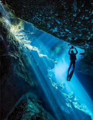 Nadadora bajo agua