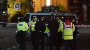 夜幕降临,警方继续调查议会大厦外发生的袭击事件。