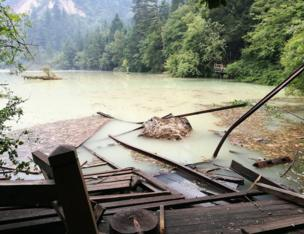 目前景区道路多个海子存在不同程度受损,多处山体垮塌。这是8月9日拍摄的五花海景点。