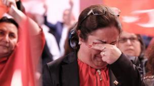 CHP'nin Berlin'deki bürosunda bazı seçmenler gözyaşlarına hakim olamadı