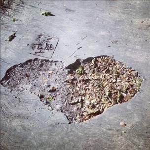 Hueco con forma de corazón en la calle