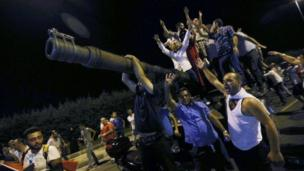 Darbe girişimini protesto eden halk Atatürk Havalimanı yakınlarında tankların üstünde.