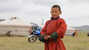 Улуттук кийим кийген монгол бала.