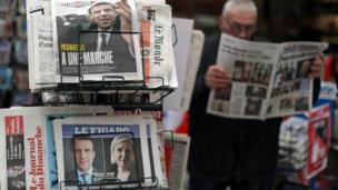 بعض المارة يقرأون الصحف