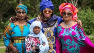 Waumini wa kiislamu kutoka jamii ya Southwark's wapigwa picha wakiadhimisha siku kuu ya Eid katika bustani ya Dulwich, London tarehe 25 Juni