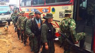 Guerrilleros del Frente 18 se preparan para partir hacia la zona veredal de Ituango, departamento de Antioquia.