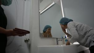 หลังจากตัดสินใจทำแล้ว แพทย์ให้เธอไปทำความสะอาดใบหน้า พร้อมสวมชุดคลุม รอเข้ารับการผ่าตัด
