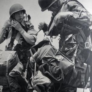 Các tiểu đoàn của Pháp chuẩn bị nhảy dù xuống lòng chảo Điện Biên