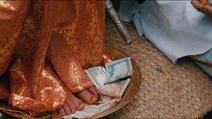 مخارج زندگی کوماری و خانواده اش، توسط کمک مالی ماهیانه دولت و همچنین کسانی که به زیارت کوماری میآیند تامین می شود.