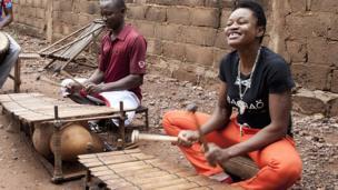 Salimata Diabate, la dame au balafon joue de son instrument au Burkina Faso malgré l'interdiction qui frappe les femmes.