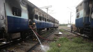 आनंद विहार में जलाई गई ट्रेन