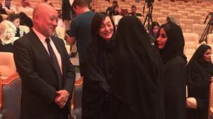 رجل وامراة بملامح آسيوية مع امرأتان عربيتان