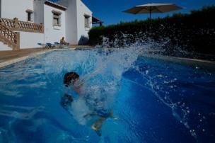 Un niño en la piscina.
