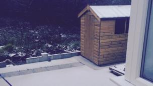 Mae'n amlwg fod neb wedi bod i'r sied heddiw // Obviously, no one's been to the shed recently