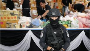 Cảnh sát Thái đứng canh khi các nhân viên chống buôn lậu ma túy chuẩn bị tiêu hủy 9.321kg ma túy bị tịch thu trong lò đốt công suất lớn hôm 26/6/2017.