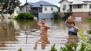 بعض الأشخاص تغمرهم مياه الفيضانات في أستراليا.