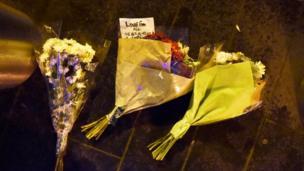 人們在襲擊現場附近擺放的花束,悼念遇害者。