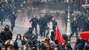 Fransız polisi göstericileri dağıtmaya çalışıyor.