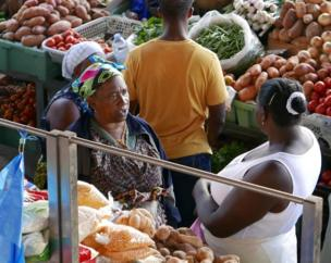 """نساء يبعن خضروات في أحد أسواق """"برايا""""، أكبر المدن في الرأس الأخضر."""