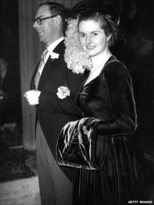 Margaret Hilda Roberts ar ddiwrnod ei phriodas gyda Denis Thatcher