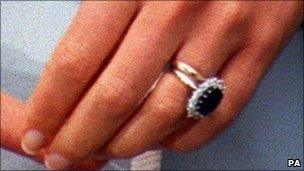 princess diana in 1996 with her welsh gold wedding ring and engagement ring - Princess Diana Wedding Ring