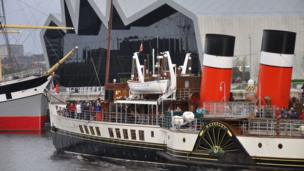 Waverley paddle steamer passing the Riverside Museum on the Clyde in Glasgow