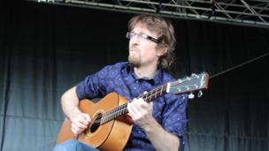 Rhys James yn chwarae'r gitar