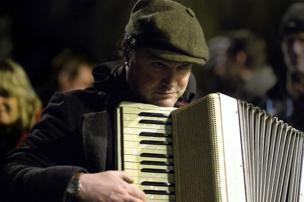 Cerddor yn chwarae'r accordion