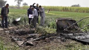 Egyptians inspect site of crashed balloon near Luxor (26/02/13)