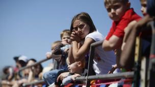 Children watching the ostrich race.