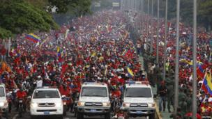 Crowds in Caracas for transportation of Hugo Chavez's body. 15 March 2013
