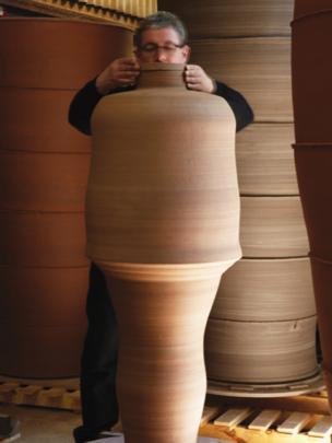 Julian Stair gyda Figural Jar I