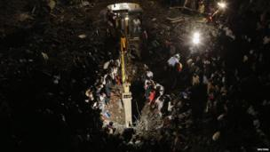 Rescue effort at collapsed building in Thane, Mumbai, on 4 April 2013
