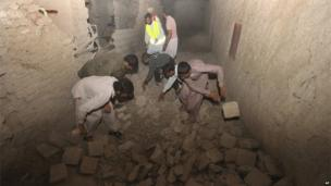 Iranians clear a route after earthquake damage in Gosht district, 16 April 2013