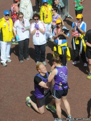 Man proposes at the end of the London Marathon