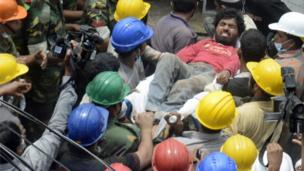 A survivor is rescued in Dhaka, Bangladesh (28 April 2013)
