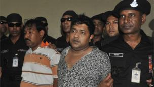 Mohammed Sohel Rana with police in Bangladesh (28 April 2013)
