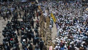 Police and protesters in Dhaka, Bangladesh, on 5 May 2013