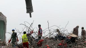Rescue workers work the remains of the Rana Plaza in Savar, Bangladesh (9 May 2013)