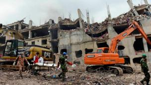 Rescue workers carry a body from the remains of the Rana Plaza in Savar, Bangladesh (9 May 2013)