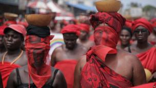 Protesters wearing red, a traditional colour of mourning, in Togo's capital Lome (21 May 2013)