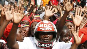 Supporters of Zimbabwe's Movement For Democratic Change (MDC) party cheer at a rally in Harare (19 May 2013)