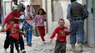 Children flee after an explosion in Kabul, 24 May 2013