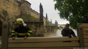 People work to build flood defences near the Charles Bridge in Prague (2 June 2013)