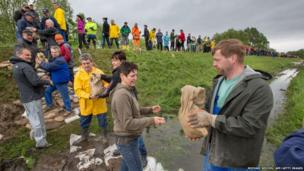 Volunteers pass sand bags along as they build flood defences near Walschleben, eastern Germany (June 1, 2013)