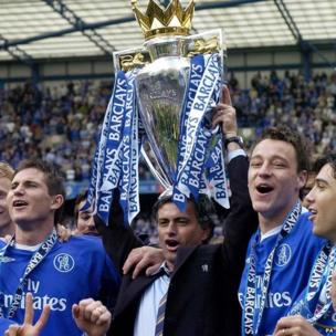 Chelsea manager Jose Mourinho holds aloft the Premier League trophy beside Frank Lampard and John Terry